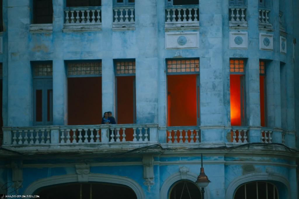 Luz inusual en la casa y una pareja de enamorados en el balcón. Camagüey