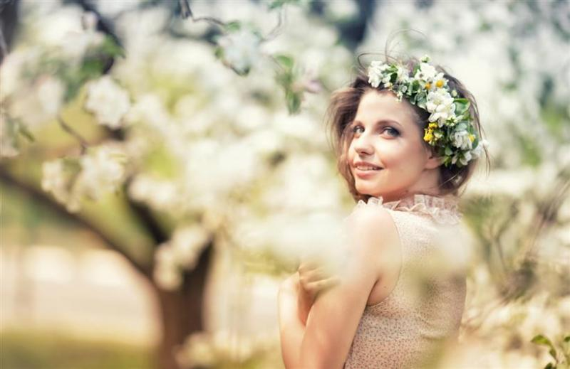 Весенняя фотосессия в цветущих яблонях