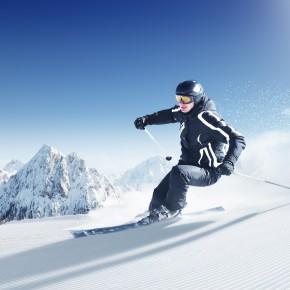 зимняя фотосессия на лыжах, в лесу, на горнолыжном склоне, сноуборде